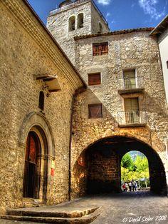 Sant Llorenç de Morunys. Església parroquial i un dels portals de la muralla   Catalonia