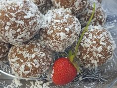 Receta de bolas energéticas con fechas - SIMPLYLOVELYCHAOS - He estado tratando de comer algo saludable por algún tiempo. ¡Así que preparo las deliciosas bola - Healty Lunches, Healthy Snacks, My Favorite Food, Favorite Recipes, Date Recipes, Thermomix Desserts, Bliss Balls, Energy Balls, Fruit And Veg