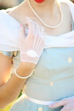 Bridal Gloves Wedding Gloves adorned with pearls by einavjewelry Robes Vintage, Vintage Gloves, Vintage Dresses, Vintage Outfits, Vintage Fashion, 1950s Fashion, Moda Vintage, Vintage Mode, Vintage Style