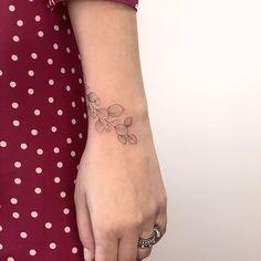 "Jessica Navas on Instagram: ""Obrigada @alexiafietta ♥️ . . . #jessicanavas #jessica_navas #tattoo #tattooed #blacktattoo #fineline #traçofino #ink #inked #equilattera…"" Leaf Tattoos, Instagram"