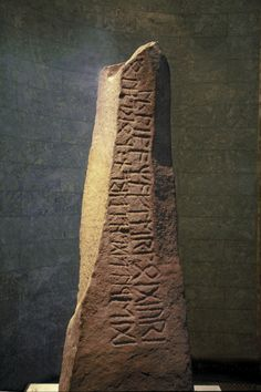 "varlys: ""     The Tune stone is an important runestone from about 200–450 CE. It bears runes of the Elder Futhark, and the language is Proto-Norse. It was discovered in 1627 in the church yard wall of the church in Tune, Østfold, Norway. Today it is..."