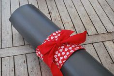 Yoga bow – red with white flowers