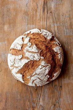 Ein über Tage frisch und saftig bleibendes Roggenmischbrot mit 40% Weizenanteil. Sauerteig, Vorteig und Malzstück tragen zum Geschmack und zur Frischhaltung bei. Das Malzstück nimmt die Säure und harmonisiert die Brotaromen. Die Sauerteigzutaten mischen und 12-16 Stunden bei Raumtemperatur (ca. 20°C) reifen lassen. Die Vorteigzutaten vermischen und 12-16 Stunden bei 12-16°C reifen lassen. Die Malzstückzutaten mischen und über Weiterlesen...