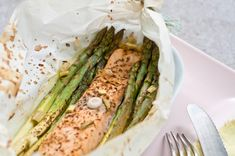 Spargel und Lachs in Butterbrotpapier aus dem Backofen Asparagus, Protein, Low Carb, Food And Drink, Fish, Vegetables, Sport, Recipes, Kitchens