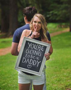 Chica anunciándole a su marido que será papá en una sesión de fotos sorpresa