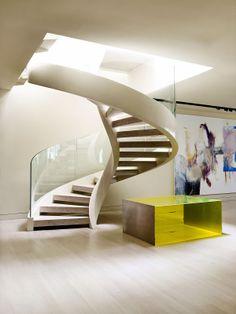 Helical stair. Offene Wendeltreppe mit Glasgeländer.
