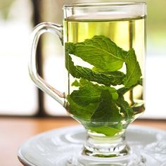 Ways to Use Mint Homemade mint tea - all it takes is water & mint. I just add a little honey & sugar!Homemade mint tea - all it takes is water & mint. I just add a little honey & sugar! Natural Home Remedies, Natural Healing, Herbal Remedies, Health Remedies, Asthma Remedies, Sleep Remedies, Peppermint Tea, Peppermint Patties, Tea Benefits