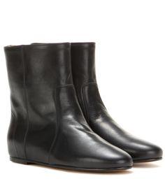 Isabel Marant - ÉTOILE – Bottines en cuir Randy - Adoptez ces bottines Isabel Marant, Étoile à l'élégance racée. Impeccablement confectionnées en cuir souple de couleur noire, elles deviendront rapidement des indémodables de votre garde-robe. Elles élanceront votre silhouette grâce à leur talon compensé dissimulé, et vous offriront une démarche souple et légère. seen @ www.mytheresa.com