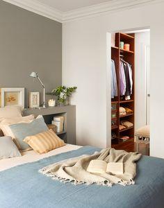Dormitorio en gris y azul. Colchas y cojines de Homie by  GC. La manta es de Cado.