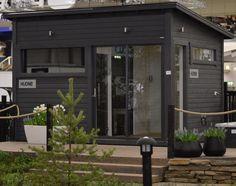 Kompakti kokonaisuus, jossa kaikki tarpeellinen Outdoor Gardens, Tiny House, Small Spaces, Garage Doors, Shed, Cottage, Studio, Outdoor Decor, Garden Ideas