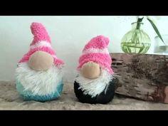 Diese süßen Wichtel sind nicht nur einfach zu machen, sondern sie sehen auf dem Kaminsims auch noch super schnuckelig aus. Alles was man dafür braucht, hat man oft schon in der Bastelschublade liegen. Christmas Crafts For Adults, Christmas Projects, Holiday Crafts, Christmas Diy, Christmas Decorations, Sock Crafts, Diy And Crafts, Sewing Crafts, Christmas Knomes