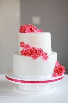 Feines Handwerk  Hochzeitstorte, Wedding cake, Hochzeitstorte rote Rosen, Rosen, gumpaste flowers