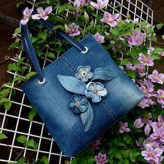 Very cute upcycled denim bag Jean Purses, Purses And Bags, Sacs Tote Bags, Diy Sac, Denim Flowers, Denim Handbags, Denim Purse, Denim Jeans, Denim Crafts