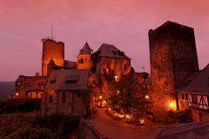 Tabara de limba germana sau engleza & viata la castel pe valea Rinului // Tabara internationala de vara de limba germana pentru copii cu varsta de 8-15 ani se desfasoara in Oberwesel, un orasel medieval situat in vestul Germaniei, pe Valea Rinului. Prin amplasare si atmosfera deosebita, este o destinatie ideala pentru vacanta copiilor.   Campusul este castelul medieval Schonburg, care se afla pe un deal, la 15 minute de centrul orasului si ofera o priveliste superba asupra vaii Rinului…
