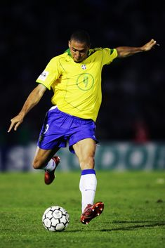 Ronaldo Photos - Ronaldo of Brazil in action during the 2006 World Cup Qualifier South American Group match between Uruguay and Brazil at the Centenario Stadium on March 2005 in Montevideo, Uruguay. - (FILE) Brazilian Footballer Ronaldo To Retire at 34 Brazil Football Team, Neymar Football, Best Football Players, National Football Teams, World Football, Soccer Players, Football Shirts, Ronaldo Photos, Cristino Ronaldo