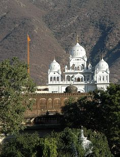 Gurudwara Singh Sabha (and not the Brahma Temple as previously noted) Pushkar, Ajmer District, Rajasthan, India. Indian Architecture, Amazing Architecture, Beautiful Buildings, Beautiful Places, Places To Travel, Places To Visit, Photo Souvenir, Amazing India, India And Pakistan