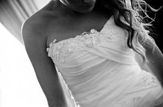 Detalhe do decote do vestido da noiva. Modelo tomara que caia com aplicação de flores em renda. Foto: Marcia Piveta & Vladimir Nacci