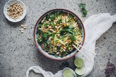 Aasialainen nuudelisalaatti on niin täydellisen raikas ja helppo - vaikka ainesosaluettelo on pitkä kuin riisinuudeli.