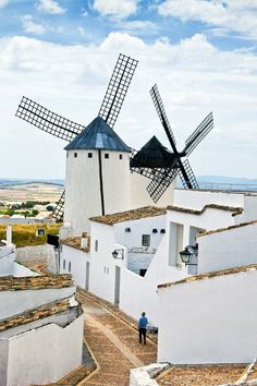 Tras los pasos del Quijote por tierras manchegas · Campo de Criptana  Este pueblo de calles empedradas fue el mayor centro de molienda de La Mancha. Conserva una decena de molinos.