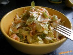 SALÁT S ČÍNSKÝM ZELÍM A MRKVÍ Jedno menší (nebo půlka velkého) čínského zelí, 3 mrkve, svazek jarní cibulky (nebo jedna cibule), majonéza, kysaná smetana, citronová šťáva s půlky citronu, 1 lžička soli, 2lžičky cukru, pepř dle chuti  POSTUP PŘÍPRAVY  Zelí nakrouháme, očištěnou mrkev nastrouháme nahrubo, bílé části cibulek nakrájíme nadrobno, smícháme, přidáme jednu kysanou smetanu, půl sklenice majolky, citr.šťávu, posolíme, opepříme a osladíme. Zamícháme a nechame chvilku odležet.