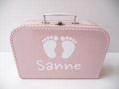 Koffertje met naam en voetjes. Erg leuk kraamkado, kraamkoffertje