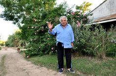 自宅前で手を振るムヒカ氏=モンテビデオ郊外、萩一晶撮影