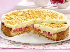Cream cake with rhubarb - how it works- Creme-Kuchen mit Rhabarber – so geht's Lots of fruit and creamy pudding cream on crispy shortcrust pastry – we will show you step by step how a delicious cream cake with rhubarb works. No Bake Desserts, Pudding Desserts, Delicious Desserts, Baking Recipes, Cake Recipes, Dessert Recipes, German Desserts, Shortcrust Pastry, Sweet Bakery
