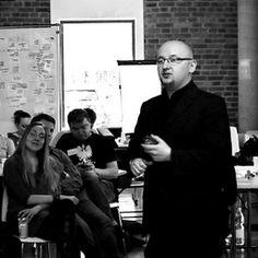 """Nazywam się Marcin Kwieciński. Doradzam menedżerom i specjalistom na tematy produktywności. Jestem autorem projektu doradczego """"Ogarnij Chaos"""", który z mnogości możliwości pomaga zidentyfikować i zrealizować najważniejsze priorytety w pracy i w życiu."""