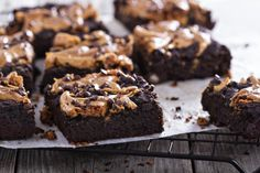 Simple, delicious brownies made with a chocolate and peanut butter combination. Brownies with Peanut Butter Frosting Fudge Brownies, Chocolate Peanut Butter Brownies, Healthy Chocolate, Coffee Brownies, Frosted Brownies, Moist Brownies, Making Brownies, Zucchini Brownies, Avocado Brownies