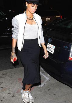 Rihanna, look sobrio con longuette bon ton. Peccato che sotto la maglia trasparente manchi la lingerie