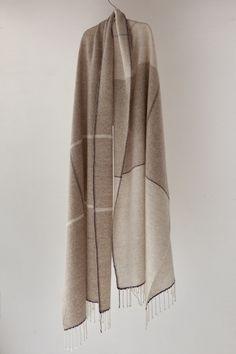 カシミヤヘリーンボーンのストール Diy Crochet Afghan, Fabric Photography, Woven Scarves, Weaving Projects, Scarf Design, Knit Picks, Saree Dress, Weaving Patterns, Stylish Dresses