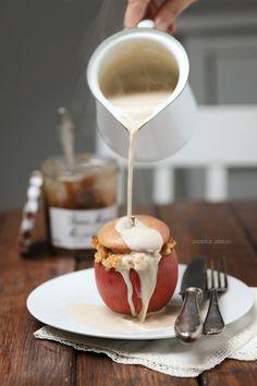 Bratapfel mit Maronen-Käsekuchen-Füllung und Zimtstreuseln als Dessert für ein weihnachtliches Festmahl