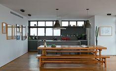 no projeto da sao arquitetura, a cozinha virou parte do living depois de aberta para a sala de jantar com mesa e bancos de madeira, da aroeira. Jarra, copos e pratos da stella Ferraz. Vaso da L'oeil. Pendentes da La Lampe (Foto: Edu Castello)