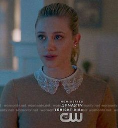 WornOnTV: Betty's grey sweater with embellished collar on Riverdale Betty Cooper Riverdale, Riverdale Betty, Riverdale Cast, Betty Cooper Outfits, Riverdale Fashion, Betty Blue, Donna Ricco, Houndstooth Jacket, Collar Designs