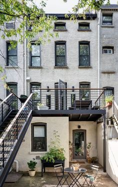 [CasaGiardino] ♛ A lightning-fast reno by architect Alexandra Barker transformed a cramped four-story brick row house into a bright triplex plus garden rental, on a budget. Deck Decorating Ideas On A Budget, Townhouse Exterior, Townhouse Garden, Brooklyn Brownstone, Brooklyn House, House Goals, Minimalist Home, Rental Apartments, Home Renovation