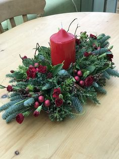 Christmas Flower Decorations, Christmas Flower Arrangements, Christmas Flowers, Christmas Centerpieces, Christmas Wreaths, Christmas Crafts, Western Christmas, Candle Arrangements, Deco Floral