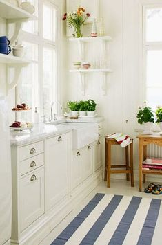 Creative and beautiful bright kitchens, love the country style white kitchen designs. White kitchen with Kitchen Rug, New Kitchen, Kitchen Decor, Summer Kitchen, Sweet Home, Cocinas Kitchen, American Kitchen, Beautiful Kitchens, Interior Design Kitchen