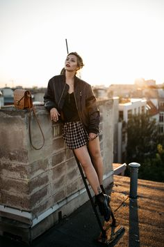 5 Tips für mehr Sicherheit im Umgang mit Social Media | Fashion Blog from Germany. Black shirt+plaid skirt+black moccasins+black bomber jacket+brown shoulder bag. Fall Outfit 2016
