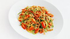 Zucchini Spaghetti With Creamy Red Pepper Sauce - 200 Kcal - For 6 servings Ingredients: 4 small zucchini, spiral or julienne 2 tablespoons of extra virgin oliv - Ketogenic Recipes, Healthy Recipes, Quinoa Salad Recipes, Avocado Tomato Salad, Diet Snacks, How To Cook Quinoa, Calories, Light Recipes, Easy Cooking