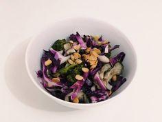#7: Salada de repolho com shimeji–Ingredientes:repolho roxoshimeji assado no papelotebrócolis assado no papelotealho porósoja torrada sem salTempero:azeitevinagre de arrozpimenta do reinosal