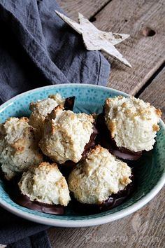 Two or three years ago I saved the recipe for vegan coconut macaroons by Isa Chandra Moskowitz and a few days ago it fell into my hands again. Chocolate Orange Cookies, Chocolate Flavors, Granola Cookies, Oatmeal Cookies, Vegan Christmas, Christmas Baking, Spritz Cookies, Sweet Bakery, Coconut Macaroons