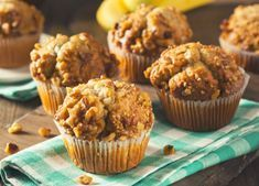 We love sweets, especially when they're in the form of muffins or scones! The best thing about muffins and scones is that the sweetness not only comes from sugar, but from the delicious fruit that is dispersed through the delicious pastries! Moist Banana Muffins, Protein Muffins, Healthy Muffins, Desserts Pauvres En Calories, Healthy Lunchbox Snacks, Lunch Snacks, Healthy Breakfasts, Healthy Foods, Healthy Recipes