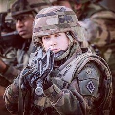 Dans l'armée de Terre plus d'1 soldat sur 10 est une #femme. Elles ont toutes le même statut la même solde la même mission et surtout la même détermination que leur camarades masculins. Tout comme le 1re classe Mélinda à la tête de son groupe de combat elles ont choisi le métier des armes et de servir leur pays  CCH Olivier D/armée de Terre  #armeedeterre #defense #defence #soldat #soldier #military #camouflage #camo #militarygirl #militarywomen #famas #helmet