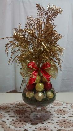 Arranjo de natal para mesa, feito com taça de vidro, bico de papagaio e diversos arranjos natalinos brilhantes, diversas fitas natalinas em laço,bolas natalinas, musgo, etc