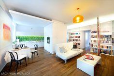 <p>W prezentowanym wnętrzu dominuje biel (białe meble i ściany) doskonale współgrająca z ciemnym odcieniem podłogi. Do tej bazy w aranżacji wnętrza idealnie pasują akcenty kolorystyczne - soczysta zieleń i kolor pomarańczowy.</p>