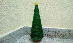Feliz Navidad!!!  Hoy os traigo un árbol de Navidad pequeñito y muy  decorativo  Yo he usado: un cono de polispan y limpiapipas color verde pero lo podéis hacer del color que queráis y también podéis poner pompones Ya sabeis, si hacéis alguna manualidad, seguidme y pondré vuestra manualidad en Worlen  Con vuestro permiso!!!