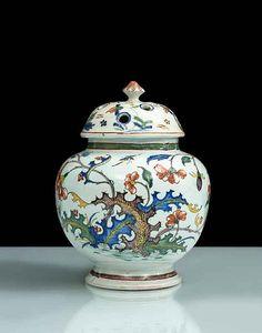 Rouen  Vase pot-pourri de forme globulaire à décor polychrome de branches fleuries et oiseaux.  XVIIIe siècle, vers 1750.  H 20 cm