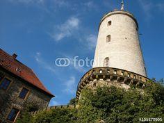 Palasgebäude und Aussichtsturm der Sparrenburg vor blauem Himmel mit Wölkchen in Bielefeld