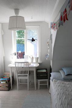 Koulupöytä, kirjalaatikko, sänky ja Mailegin lippunauha