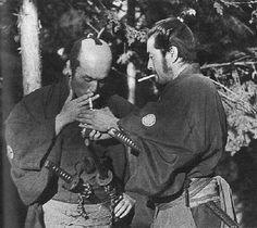 "Toshiro Mifune (à droite). Pause clope pendant le tournage des ""Sept Samouraïs"" de Kurosawa."